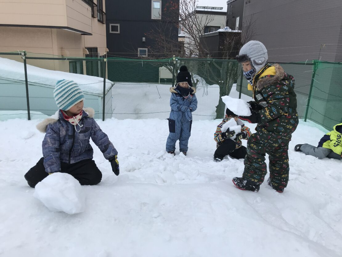 かた~い雪で遊んでます
